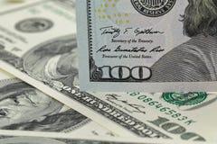 Новое 100 примечаний доллара на куче старых примечаний Стоковое фото RF