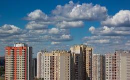 Новое современное снабжение жилищем в городском городе стоковое фото rf