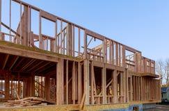 Новое строительство дома конструкции луча обрамило землю вверх стоковая фотография rf