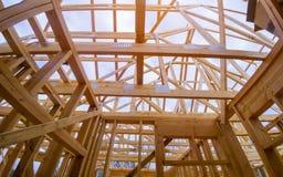 Новое строительство дома конструкции луча обрамило землю вверх стоковые фото
