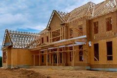 Новое строительство дома конструкции луча обрамило землю вверх стоковое фото rf