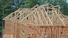 Новое строительство дома конструкции луча обрамило сток-видео