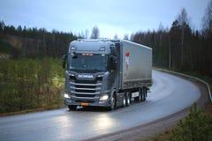 Новое следующее поколени Scania Semi на дороге стоковое фото rf