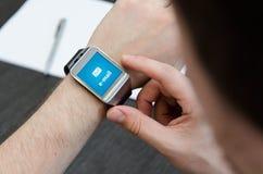 Новое уведомление электронной почты на умном вахте Стоковые Фото