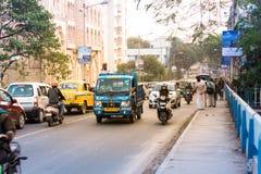 Новое Alipore, Kolkata, выравнивая движение в городе, автомобили на дороге шоссе, заторе движения на улице после упаденный  стоковое фото rf