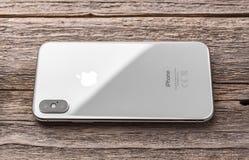 Новое iPhone x 10 на деревянной предпосылке, съемке студии стоковые изображения rf