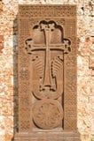 Новое khachkar (армянский перекрестный камень) от красного туфа, Болгарии Стоковая Фотография
