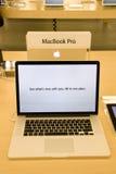 Новое MacBook профессиональное в магазине Apple Стоковые Фотографии RF