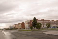 Новое Urengoy, YaNAO, к северу от России 1-ое сентября 2013 Много-storeyed дома на проходе людей севера Стоковая Фотография RF