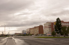 Новое Urengoy, YaNAO, к северу от России 1-ое сентября 2013 Много-storeyed дома на проходе людей севера Стоковые Изображения RF