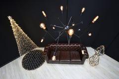 Новое year' оформление Просторная квартира-стиля s против черной стены, рождества tr стоковое изображение rf