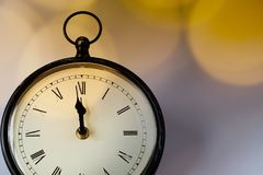 новое Year& x27; s на полночи - хронометрируйте на 12 o& x27; хронометрируйте с li праздника Стоковые Изображения RF
