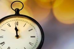 новое Year& x27; s на полночи - хронометрируйте на 12 o& x27; хронометрируйте с li праздника Стоковые Изображения