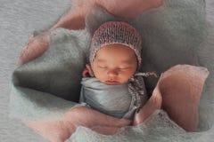Новорожденный ребенок в изображении установки цветка Стоковое Фото