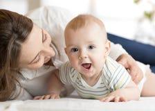 Новорожденный ребенок мамы любящий Мать связывает с ее младенцем Стоковое фото RF