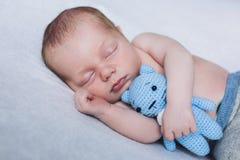 Новорожденный ребенок спит, сладостные мечты маленького младенца, здоровый сон, newborn Стоковое фото RF