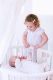 Новорожденный ребенок встречает его сестру Стоковое фото RF