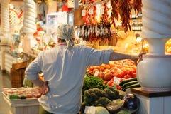 Новосибирск 12-20-2018 Мужской продавец на рынке бакалеи стоковые фотографии rf