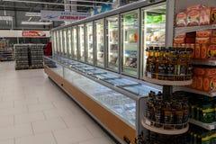 Новосибирск, Россия - 08 12 2018: Витрины гастронома с r стоковые изображения
