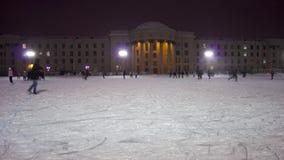 НОВОСИБИРСК, РОССИЯ - 24,2015 -ГО ДЕКАБРЬ: катание на коньках сток-видео