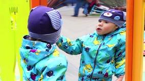 НОВОСИБИРСК, РОССИЯ - 1,2016 -го май: строения детей смотрят на ложное зеркало видеоматериал