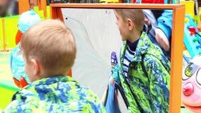 НОВОСИБИРСК, РОССИЯ - 1,2016 -го май: childlooking в ложное зеркало сток-видео