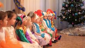 Новосибирск, Россия - 1,2018 -го январь: масленица детей Маленькие ребята одеты в костюмах масленицы Они сидят и сток-видео