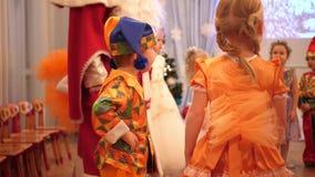 НОВОСИБИРСК, РОССИЯ - 1,2018 -го январь: Масленица детей Маленькие ребята одеты в костюмах масленицы Они танцуют акции видеоматериалы
