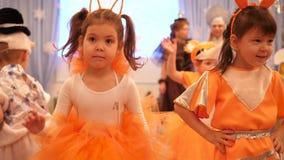 НОВОСИБИРСК, РОССИЯ - 1,2018 -го январь: Масленица детей Маленькие ребята одеты в костюмах масленицы Они танцуют сток-видео