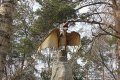 НОВОСИБИРСК, РОССИЯ - 16-ОЕ АПРЕЛЯ: Реалистическая модель динозавра на Dinopark в зоопарке 16-ого апреля 2016 в Новосибирске Стоковая Фотография