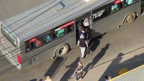 Новосибирск, Россия - 5-ое июня 2017: Люди регулярного пассажира пригородных поездов получают внутри и получают от шины акции видеоматериалы