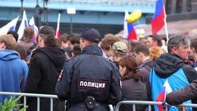 Новосибирск, Россия - 12-ое июня 2017: Полицейский держит заказ на демонстрации сток-видео