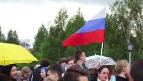 Новосибирск, Россия - 12-ое июня 2017: Противокоррупционные протесты, человек a стоят с русским флагом видеоматериал