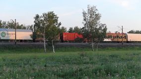 Новосибирск, Россия - 21-ое июня 2017: Экипажи поезда проходя на железнодорожный путь в поле сток-видео