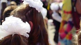 Новосибирск, Россия 1-ое сентября 2015 Линия школы в школьном дворе с зрачками и учителями Дети идут назад к акции видеоматериалы