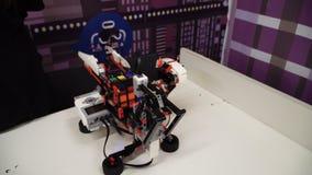 НОВОСИБИРСК, РОССИЯ - 21-ОЕ ФЕВРАЛЯ 2018: Экспо робототехники Робот куба ` s Rubik строения сток-видео