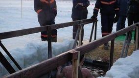 НОВОСИБИРСК, РОССИЯ - 19-ое января 2017: Праздник крещения ` s Иисуса Христоса в Новосибирске, России Традиционная зима купая сток-видео