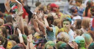 НОВОСИБИРСК РОССИЯ - 21 07 2018: толпа танцев на фестивале Holi цветов Толпа людей покрасила порошок и потеху иметь