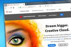Новосибирск, Россия - 3-ье июня 2019 - иллюстративная передовица домашней страницы вебсайта систем Adobe Логотип систем Adobe вид стоковое фото
