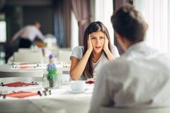 Новости бедствия Реакция для отрицательного события Сотрясенная женщина в неверии Данные по отчаянного сердитого женского слуха d стоковое изображение