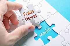 Новости и средства массовой информации слов поддельные в отсутствующей мозаике части стоковая фотография rf