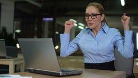 Новости на ноутбуке, продвижение коммерсантки читая успешные ликования, счастье сток-видео