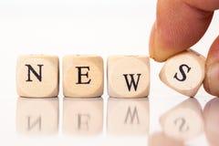 Новости, сказанные по буквам с письмами кости Стоковые Изображения