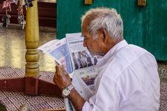 Новости старика читая на утре стоковые фотографии rf