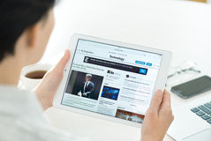Новости технологии на воздухе iPad Яблока Стоковые Фото