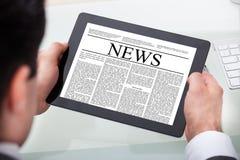 Новости чтения бизнесмена на цифровой таблетке стоковые изображения rf