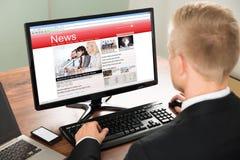 Новости чтения бизнесмена Стоковые Фото