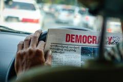 Новости чтения водителя такси в автомобиле стоковое изображение rf