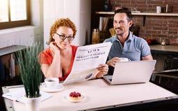 Новости чтения женщины в утре Стоковое Фото