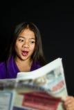 Новости чтения портрета девушки Стоковые Фотографии RF